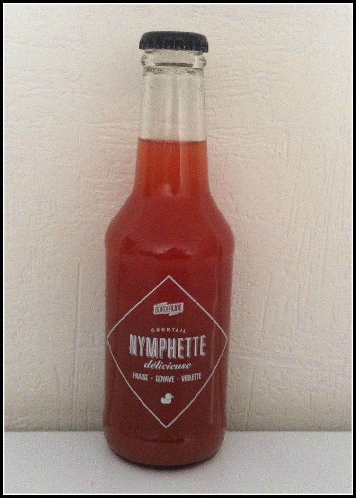 Une bouteille de cocktail sans alcool Nymphette délicieuse (fraise-goyave-violette)