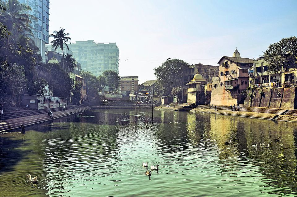 Visiter Banganga Tank offre une opportunité exceptionnelle de vous immerger dans l'histoire de la ville- Visiting Banganga Tank provides an exceptional opportunity to submerge yourself in the history of the city;