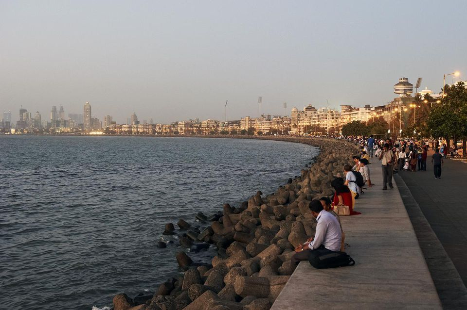 Le Marine Drive est probablement la route la plus connue de Mumbai.-The Marine Drive is possibly Mumbai's best known road.