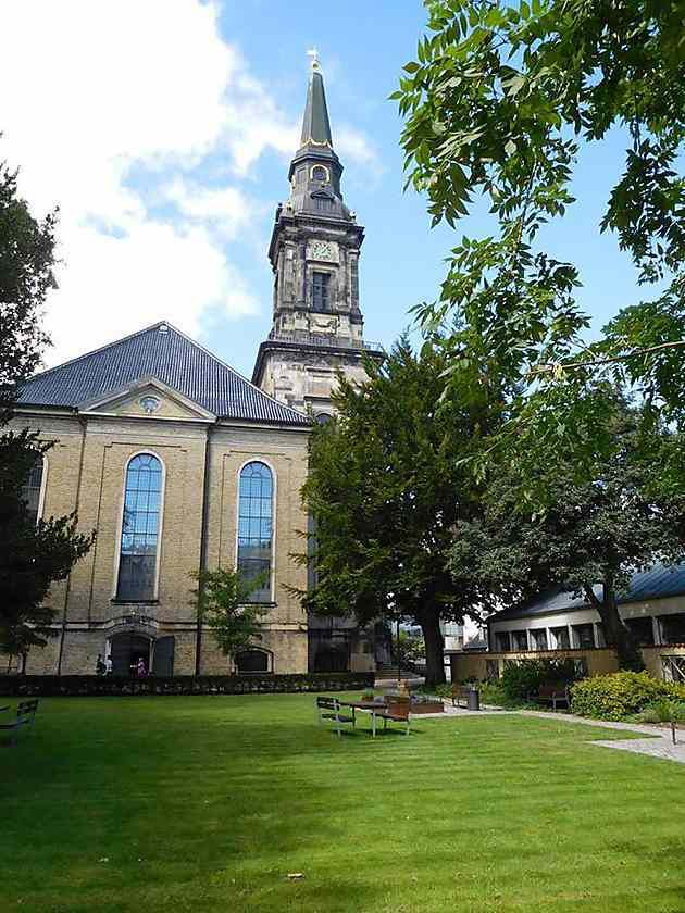 Eglise et petit jardin-Church and small garden