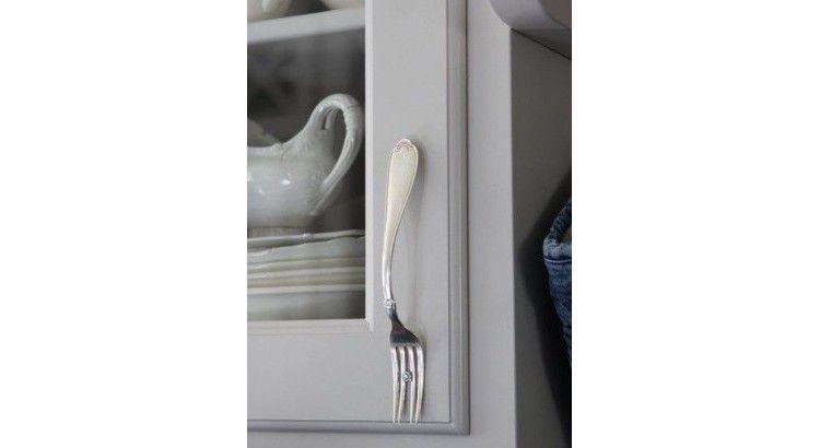 Une fourchette en poignée de meuble-A fork in a furniture handle