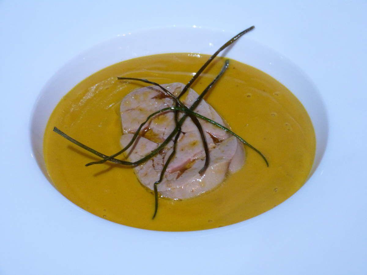 velouté de potiron-châtaignes, foie gras poché et ciboulette frite