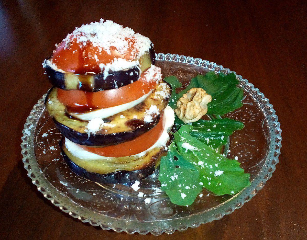 Entrée pas chère (moins de 1 euro par personne) aubergine tomate mozza