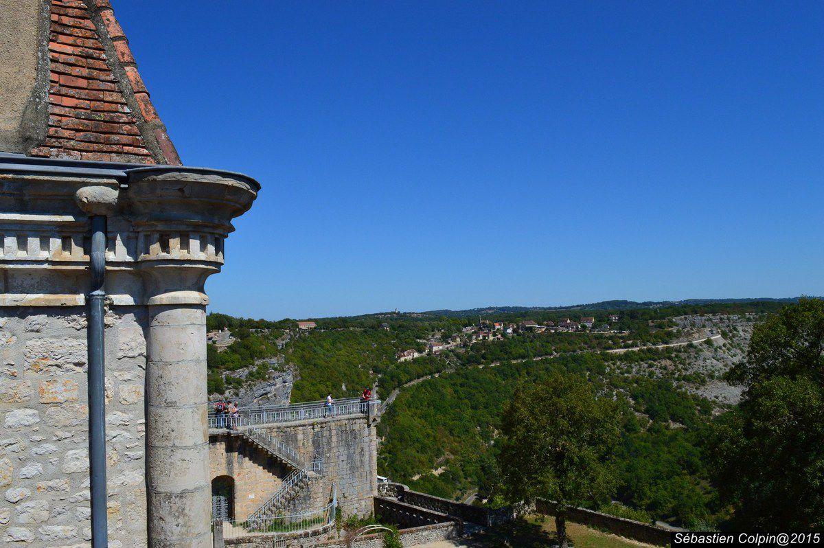 Rocamadour (en occitan Ròc Amadori) est une commune du sud-ouest de la France, située dans le département du Lot en région Midi-Pyrénées.  Au cœur du Haut-Quercy, comme accrochée à une puissante falaise dominant de 150 mètres la vallée encaissée de l'Alzou, cette cité mariale est un lieu de pèlerinage réputé depuis le XIIème siècle, fréquenté depuis le Moyen Âge par de nombreux « roumieux », anonymes ou célèbres (Henri II d'Angleterre, Simon de Montfort, Blanche de Castille et Louis IX de France, saint Dominique et saint Bernard, entre autres figures illustres), qui viennent y vénérer la Vierge noire et le tombeau de saint Amadour.  Rocamadour, « citadelle de la Foi », est également un site touristique de premier plan, l'un des plus visités de France avec 1,5 million de visiteurs par an, après Le Mont-Saint-Michel, la cité de Carcassonne, la Tour Eiffel et le château de Versailles.  La cité médiévale, aux ruelles tortueuses, est gardée par une série de portes fortifiées (porte Salmon, Cabilière, de l'Hôpital, du Figuier). Un escalier monumental, que les pèlerins gravissaient (et gravissent parfois encore) à genoux conduit à l'esplanade des sanctuaires, où se côtoient la basilique Saint-Sauveur, la crypte Saint-Amadour (classées au patrimoine mondial de l'humanité), les chapelles Sainte-Anne, Saint-Blaise, Saint-Jean-Baptiste, Notre-Dame (où se trouve la Vierge noire), saint Louis et saint-Michel. L'ensemble est dominé par le palais des Évêques de Tulle.  Un chemin de croix conduit au château et à la croix de Jérusalem, où a été aménagé un belvédère.