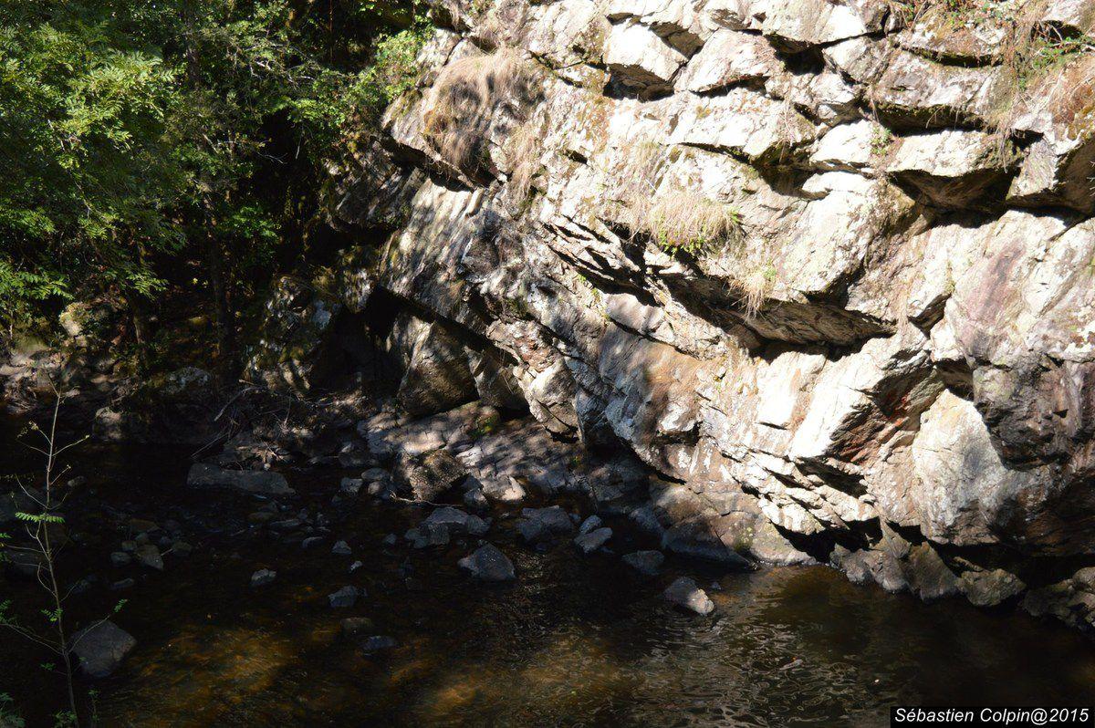 Dans une gorge sauvage, la Montane se fraie un chemin au milieu des rochers et se précipite en magnifiques cascades (trois chutes principales appelées Le grand saut, la redole et la queue de cheval) d'une hauteur totale de 143 m. Elles peuvent être visitées en suivant des sentiers aménagés qui traversent le Parc Vuillier dont la propriété et l'exploitation sont privées. De la place, on domine les gorges et la vallée de la Montane qui constituent une zone Natura 2000, au titre de la directive habitat.
