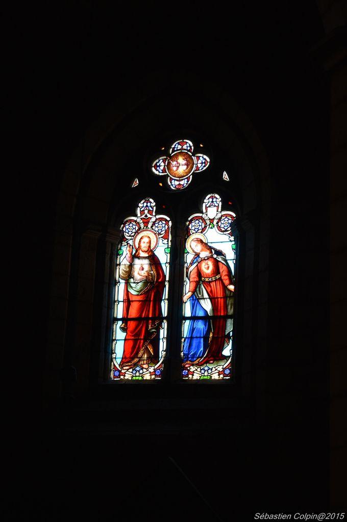 Beaumont-du-Périgord est au départ une bastide anglaise fondée en 1272 par le sénéchal de Guyenne, Lucas de Thaney au nom du roi d'Angleterre, Édouard Ier. Elle a été fondée sur des terres données par le prieur de Saint-Avit-Sénieur, l'abbé de Cadouin, et par le seigneur de Biron.  La première mention écrite connue du lieu, tardive, remonte à l'an 1286 sous la forme villa Bellis monti. Le 15 novembre de cette même année, le roi Édouard Ier accorde une charte à la ville de Beaumont. Une lettre du roi datée de 1289 autorise les consuls à construire une halle sur le côté sud de la place des Cornières. Cette halle est dessinée sur le cadastre de 1840. Elle a été détruite pour cause de vétusté en 1864.  La ville est construite suivant un plan de rues droites se coupant à angles droits. La place centrale est entourée de cornières. Elle a un plan presque rectangulaire mesurant, dans l'enceinte, 338 mètres par 137 mètres. Chaque côté de la place comprenait quatre maisons dont le premier étage s'avance sur la place grâce à des piliers formant des porches ou cornières.  L'enceinte de la ville est construite en 1320. C'est vers 1330-1350 que commence la construction de l'église Saint-Laurent-et-Saint-Front, située à côté de l'angle nord-est de la place centrale.  La ville est prise en 1442 par Pierre de Beaufort, vicomte de Turenne. Louis XI confirme en 1461 la charte aux habitants de la bastide. Assiégée à trois reprise par les huguenots en 1561, 1575 et 1576, la ville est finalement prise le 5 février 1576, par les protestants commandés par le capitaine Campagnac de Rufen. Après la signature d'un traité de paix, la ville revient aux catholiques mais elle est de nouveau assiégée par les huguenots commandés par le capitaine Panissaut et tombe le 13 novembre 1585.  En 1596, le roi Henri IV cède ses droits et revenus sur le comté de Beaumont. Les habitants sont mécontents. Les Beaumontois rachètent en 1605 cette aliénation au profit du roi.  En 1643, la seigneurie de Beaumont es