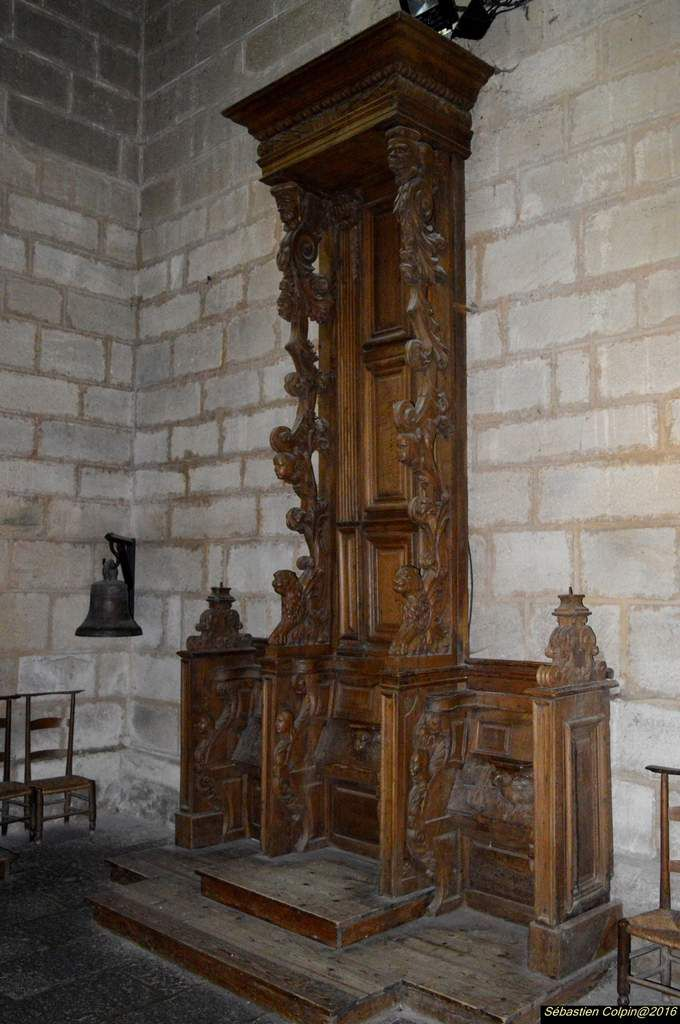"""L'église abbatiale cistercienne d'Aubazine est un édifice roman du XIIe siècle (la construction a débuté en 1156 et s'est achevée en 1190) ; c'était alors la plus grande église du Limousin avec un clocher roman unique (passage d'un plan carré à un plan octogonal par un système de gradins de pierres).  - Chœur et transept sont intacts, tandis que la nef n'a conservé que trois travées sur neuf à l'origine : au milieu du XVIIIe six travées ont été détruites par les quelques moines qui vivaient à l'abbaye et qui n'avaient plus les moyens de les sauver de la ruine...  - A voir dans l'église : le tombeau de St Étienne, l'armoire à objets liturgiques du XIIe (une des plus ancienne d'Europe), vierge de pitié du XVe en calcaire polychrome, """"La chasse"""" en émail champlevé du XIIIe siècle..."""