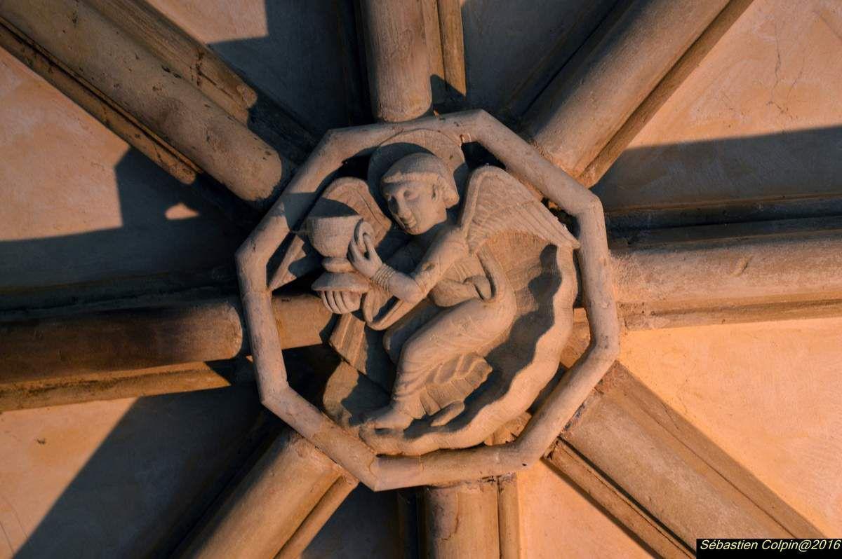 Quand on arrive à Tulle, la flèche du clocher de la cathédrale ne peut échapper à notre regard. Cet édifice semble être là depuis des temps très anciens. Et pourtant quelle histoire mouvementée... Au IVe siècle, Saint Martin de Tour (316-400) passe à Tulle et témoigne plus tard de l'existence d'un monastère sous la règle de Saint-Benoît, dans cette ville. Ce monastère fut, selon certains, bâti par saint Calmine à la demande de Saint Martin de Tours. Au VIe siècle, Saint Yriex (511-591) fut également bienfaiteur de ce monastère. Au VIIe siècle, existait une église d'époque carolingienne peut-être de type Église « occidentée » (fouilles du sous-sol actuel menées en 1989-1991 dans la cathédrale et le cloître). Au VIIIe siècle, le monastère voit surement passer les Wisigoths, les Sarrasins qui ont dû participer à sa démolition. Au Xe siècle, les normands vers 846 laissent le monastère primitif en ruine. Au Xe Adémar-des-Echelles, vicomte du Bas limousin, Abbé-laïc du monastère de Tulle relève l'abbaye détruite et la prends sous sa protection. A sa mort en 930, lui lègue ses possessions nombreuses comme Rocamadour. Le monastère bénéficie aussi de la protection de Cluny, du Roi de France et des comtes de Poitiers. Malgré ces moyens les vieux bâtiments devront être reconstruits.  Notre Dame de Tulle - Féola Au XIIe siècle, la construction de l'Abbatiale actuelle est entreprise en 1103 par Guillaume de Carbonnières aidé par les puissantes familles du bas-limousin et surtout le Pape Urbain II de passage à Tulle. Au XIVe siècle, le diocèse de Tulle est érigé en 1317, sur le territoire du Bas-Limousin qui relevait de l'Évêché de Limoges. L'église abbatiale fut alors promue Cathédrale et l'Abbé Arnaud de Saint-Astier, promu à la dignité d'évêque. En 1442, Charles VII passe à Tulle et en 1443, il célèbre Pâques dans la cathédrale et réunit dans le réfectoire du monastère l'Assemblée des notables de la province. En 1514 Le pape Léon X sécularise l'Abbaye dont les moines deviennen