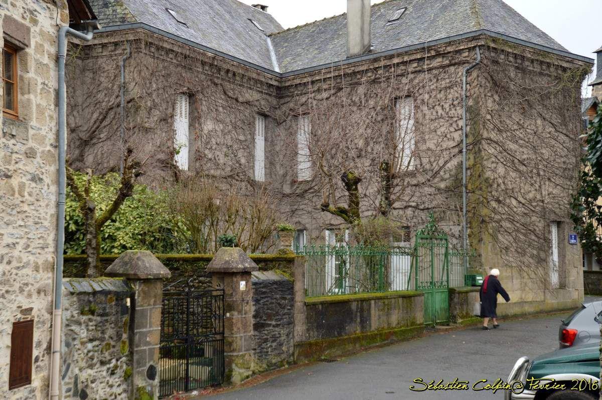 Il est possible que le site de Donzenac apparaisse dans le chartrier de Charroux en 783. En 924, le village est cité comme une villa dépendant de la vicairie d'Uzerche (in vicariâ Usercense, in villà de Donzenac dans le livre de J.-B. Champeval Cartulaire des abbayes de Tulle et de Rocamadour, 1903). On trouve le nom de Donzenaco en 930, Donsenacho en 1109. En 1183, Geoffroy, prieur de l'abbaye de Vigeois, raconte qu'une dame Garsinde fait don à l'abbaye d'Uzerche fait don du temps du roi Robert, vers l'an 1000, d'une borderie sise sur le territoire d'Yssandon, près l'église de Donzenac. Donzenac était une seigneurie épiscopale, mais l'évêque de Limoges déléguait ses pouvoirs aux seigneurs locaux. Les Malemort rendaient hommage aux évêques et se qualifiaient de barons de Donzenac. Entre 1275 et 1294, l'évêque de Limoges était Gilbert de Malemort, issu de cette famille. La famille de Malemort était liée par mariages avec les familles des seigneuries environnantes, les vicomtes de Comborn et de Turenne. Par le mariage de Galienne de Malemort avec Ebles de Ventadour cette famille devient la famille dominante à Donzenac.  Donzenac est pillée vers 1350, par les Anglais (en fait par un nommé Bacon, probablement Anglais mais au service de Jeanne de Penthievre, alliée au roi de France ; il s'agit d'un épisode collatéral de la guerre de succession de Bretagne qui commença la guerre de Cent Ans). Le futur pape Innocent VI intervint en 1351 en recommandant Donzenac au roi de France car son neveu, le cardinal Pierre de Monteruc, appartenait à une famille originaire de la ville. Géraud de Ventadour obtint en 1354 des faveurs royales pour aider la restauration de Donzenac. Ces faveurs culminèrent avec l'ordonnance de Charles V, en avril 1372.