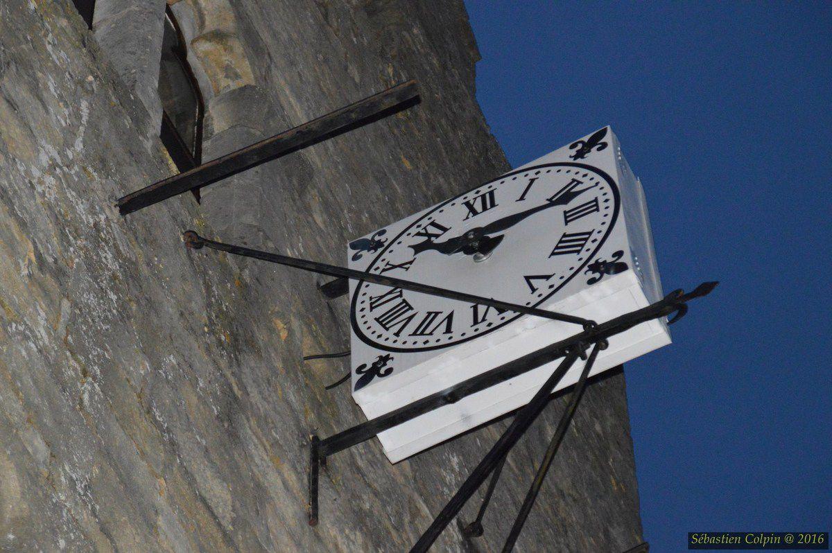 La bastide fut fondée en 1281 par Philippe le Hardi sur un plateau à l'ouest duquel existait déjà un château, alors dans les mains de la famille de Gourdon. Domme possède deux places où se pratiquait le commerce : la place de la Halle et la place de la Rode. La cité commerçante organisait des foires et obtint le privilège de battre sa propre monnaie.  On a considéré longtemps qu'en 1307 la cité devint, lors de l'arrestation des Templiers, un lieu où soixante-dix d'entre eux furent emprisonnés. Ils venaient des diocèses de Périgueux, Cahors, Rodez, Bourges, Limoges, Clermont, Angoulême et Poitiers; et qu'ils laissèrent comme témoignage de leur passage la centaine de graffitis que l'on retrouve à la porte des Tours. On a dit à ce sujet et sans preuve que les Templiers usaient d'un code géométrique : l'octogone pour le Graal, le triangle surmonté d'une croix pour le Golgotha, le carré pour le Temple. Les cercles, eux, auraient symbolisé l'enfermement. On a dit aussi que des gravures à la symbolique assez proche furent retrouvées à Loches, Gisors et Chinon, ce qui est purement imaginaire. Leur authenticité pour ces trois sites est contestée par les spécialistes. En outre l'identification des graffiti de Domme et leur prétendue justification historique furent basés sur de faux relevés et des méthodes d'interprétation des images et des documents très fantaisistes sans aucun fondement scientifique..  Ultérieurement, durant la guerre de Cent Ans, la bastide devient un lieu convoité par les Anglais. La première prise de la cité par ces derniers date de 1347. À plusieurs reprises, elle change successivement de mains entre les deux camps rivaux jusqu'en 1437, date de son retour dans le domaine français.  De nouvelles tribulations attendent ce site durant les guerres de Religion. La bastide est prise en 1588 par Geoffroy de Vivans, capitaine protestant de la garnison de Castelnaud qui escalade, de nuit avec ses hommes, la falaise pour ouvrir les portes au corps principal de ses