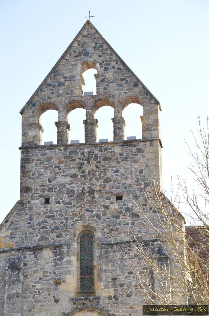 En pleine guerre de succession à la tête de l'Aquitaine, vers 855, Rodolphe de Turenne archevêque de Bourges, rallié à la cause « légitimiste » incarnée par Charles le Chauve, eut à cœur d'effectuer une fondation monastique sur ses terres familiales. Après une vaine tentative à Végennes, il se tourne vers Vellinus. Le cartulaire de l'abbaye rapporte que devant la splendeur du lieu, il ne put s'empêcher de le baptiser « Bellus Locus ». Depuis la grande abbaye de Solignac, il sollicite l'envoi d'une équipe de moines chargée de mettre en place ce nouveau monastère et participe avec sa large parentèle à l'édification du patrimoine de l'abbaye. Le monastère est consacré en 860.  Grâce aux pieuses donations des comtes de Quercy, des vicomtes de Turenne, de leurs multiples vassaux, le temporel de l'abbaye se compose du tiers du Bas-Limousin et d'une langue de l'actuel département du Lot. Dotée d'un trésor de reliques (saints Prime et Félicien), et bien qu'elle souffre de convoitises laïques, elle connaît un essor spectaculaire qui permet le développement d'un courant de pèlerinage. Beaulieu devint une étape essentielle sur les chemins unissant Limoges à Aurillac et Figeac, menant vers Conques, Moissac, Toulouse puis Compostelle. Annexée à Cluny vers 1095, elle se réforme et connaît une période favorable avec la mise en marche de reconstructions et de grands travaux. C'est le chantier de l'abbatiale et de son décor sculpté.  L'abbaye est puissante, placée sous la protection de saints populaires, située au débouché de régions fertiles, conditions sine qua non pour qu'un habitat villageois se développe. Dès la fin du XII ème siècle, un bourg se constitue tout autour des bâtiments conventuels protégés par une muraille, ponctuée de tours et bordée par un fossé. C'est l'enclos monastique. Des barris naissent hors les murs : le faubourg de la Grave, vers la Dordogne, où se trouvait l'ancien hôpital ; le barri majeur à l'emplacement du village primitif de Vellinus ; le barri du Tr