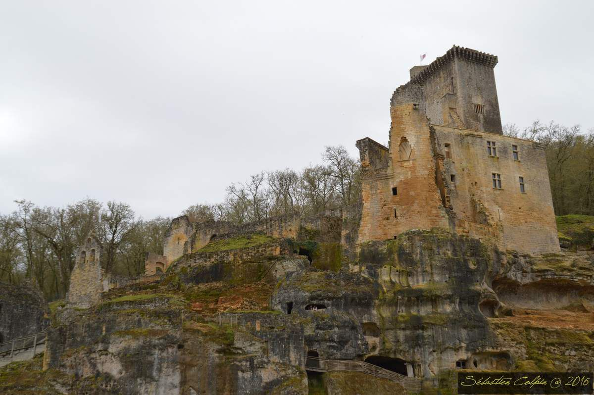 De la préhistoire au moyen-âge, 15000 ans de l'Histoire de l'Homme au cœur du Périgord Noir. Entre les Sarlat et les Eyzies, le Château de Commarque est un Monument Classé dans une Vallée Classée. Un des plus beaux et émouvants Châteaux en Dordogne.Fondé au cours du XII e siècle, ou avant, sur la demande des abbés de Sarlat, le château de Commarque, qui n'est alors qu'une simple tour de bois, doit à l'origine contenir les ambitions des puissants barons de Beynac, leurs vassaux, dans la région et assurer la sécurité de la vallée qui voit le croisement de deux routes commerciales importantes de la région : la route de Périgueux à Cahors et celle de Brive à Bergerac. Au XII e siècle il existe une agglomération, un donjon avec un logis, une chapelle et des maisons-tours : c'est le castrum de Commarque.  Progressivement, après que la famille de Beynac se soit rendue maîtresse du château, la tour en bois est remplacée par un donjon en pierre plusieurs fois rehaussé, en particulier en 1380, et couronné de mâchicoulis. Ainsi, les seigneurs du lieu, les Beynac, logeaient dans le donjon seigneurial. Plusieurs autres tours furent construites, accompagnées à chaque fois d'un logis. Les maisons-tours sont tenues par des lignages de petite noblesse dont on connaît quelques noms : les Commarque, les Cendrieux, les Gondrix, les La Chapelle... Chaque maison-tour est constituée d'un enclos, d'accès propres et de fossés.  Pendant la guerre de Cent Ans, les Beynac restent les défenseurs fidèles de la couronne de France. Les Anglais s'emparent néanmoins du château en 1406 et le conservent pendant quelques années. Le déclin de la famille des Beynac, date de cette époque. Dans les années 1500, il semble que le castrum de Commarque soit déjà déserté par les anciennes familles résidentes. Plus tard, en 1569, le castrum est à nouveau pris pendant les Guerres de religion par les catholiques. C'est sans doute à cette époque que s'est effondrée la salle voûtée.  Guy de Beynac, dernier châtelain
