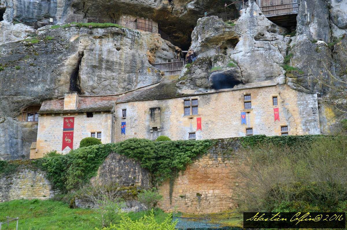 Seconde visite, depuis l'année dernière, à la maison forte de Reignac située sur la commune de Tursac en Dordogne. Vous découvrirez une exceptionnelle bâtisse creusée dans la falaise avec ses pièces à vivre dotées de mobilier datant du XVème siècle. Classé monument historique, il est en Périgord le château le plus étrange, le plus secret, le plus extraordinaire et le plus mystérieux aussi.  Construit sur un escarpement surplombant la vallée de la Vézère, Reignac a tout connu : depuis la Préhistoire il y a 20 000 ans où les chasseurs utilisaient ces vastes abris sous roche pour se protéger du froid jusqu'au Moyen âge et l'édification du Château Falaise.  Infiniment plus grand que l'on peut le soupçonner vu de l'extérieur, la façade cache d'impressionnantes salles souterraines et aériennes, Grande salle d'Honneur, salle d'armes, salle à manger, salon, cuisine, chambres, chapelle, cachot, cul de basse-fosse (oubliettes), cave.  Outre sa protection naturelle, cette fortification présente de nombreux éléments défensifs : bretèche, assommoir, bouches à feu et meurtrières.  De nombreuses surprises vous attendent tout au long de votre visite, avec une exposition internationale sur le thème de la Torture et la Peine de Mort.