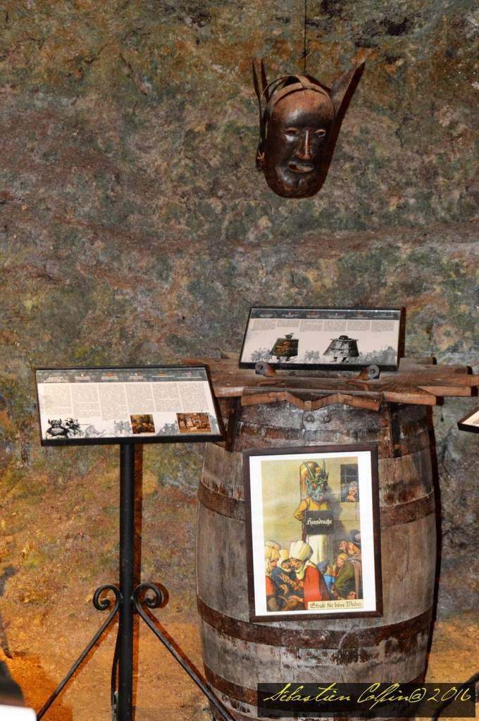 Exposition internationale sur le thème de la torture et de la peine de mort en fin de visite à la maison de Reignac à Tursac en Dordogne.