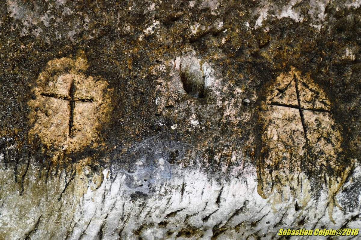 Balade et visite à Brantôme surnommée la Venise du Périgord, jolie et paisible petite ville de Dordogne avec un magnifique jardin des moines en plein coeur de la cité. Vestiges du premier monastère bénédictin de Brantôme (VIIIe siècle) creusé dans la falaise calcaire en partie dissimulée par les bâtiments conventuels : habitations, pigeonniers, fontaine miraculeuse dédié à saint Sicaire dont les reliques sont conservées dans l'abbatiale et l'énigmatique grotte dite du Jugement Dernier et ses deux bas-reliefs monumentaux. Visite couplée avec le Musée Fernand Desmoulin.