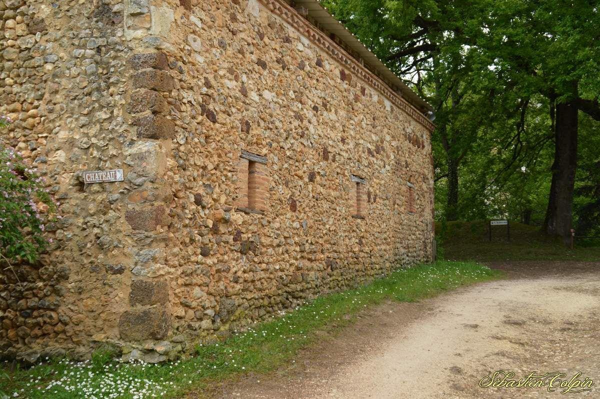 """La seigneurie de l'Herm apparaît dans les textes au XIVe siècle, suite au démembrement de la seigneurie de Reilhac. La seigneurie justicière de l'Herm, mise en place par la famille de Calvimont à l'orée du XVe siècle, s'étendait au XVIIe siècle sur les paroisses de : Rouffignac, Plazac, Milhac et Tursac. La seigneurie foncière était beaucoup plus étendue ; aux paroisses déjà citées il faut ajouter : St Léon sur Vézère, Bars, Fanlac et Fossemagne . La plus grande partie de la seigneurie de Rouffignac était tenue par la famille de Souilhac ; cependant quelques seigneurs possédaient des droits sur cette paroisse. Ainsi les Calvimont à l'Herm et au Cheylard, les Aubusson seigneurs de Miremont dans la partie sud et les Abzac seigneurs de la Douze dans la partie ouest de la paroisse.  A la fin du XVe siècle, la famille de Calvimont fait son apparition suite à son achat de la terre et seigneurie de l'Herm. C'est une famille issue du notariat ; on retrouve ainsi Jean II deuxième du nom conseiller au parlement de Bordeaux et surtout Jean III, dit """"le Second Président"""", son fils ambassadeur du roi François I er après de Charles Quint, roi d'Espagne.   La famille de Calvimont se maintient à l'Herm jusqu'en 1605, date de l'assassinat de la dernière héritière Marguerite de Calvimont, fille de Jean IV.   La mort de cette jeune femme à donné lieu à une légende : la légende la main de cire. Le XVIIe siècle est marqué par le règne de Marie de Hautefort, veuve de François d'Aubusson. En 1642, la seigneurie de l'Herm est mise en vente suite à de nombreux assassinats [ La tragédie de l'Herm ] beaucoup de familles annexes prétendaient détenir un droit sur ces terres. Il y a une adjudication en 1679 et la vente est réalisée en 1682. C'est la nièce de Marie de Hautefort (dénommée elle aussi Marie de Hautefort, et connue également sous le délicat surnom de """"l'Aurore"""") qui l'acquiert, mais elle n'habite pas le château. Celui-ci est peu à peu délaissé et abandonné par les Hautefort eux-même """