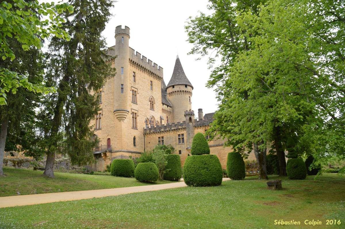 La date de la construction du Château de Puymartin remonterait au XIIIe siècle vers 1269. Les abbés de Sarlat le donnèrent en fief en 1271 à la famille des Serviens. Ce château n'était pas isolé, du haut de ses coteaux ; un village né de l'essor démographique du XIIe (aujourd'hui détruit), l'entourait en contrebas. Ce château était aussi à la frontière entre la France et l'Angleterre quand commença la Guerre de Cent Ans en Périgord. Une trêve de deux ans fut conclue en 1356 entre Jean Le Bon (après sa défaite lors de la bataille de Poitiers) et son cousin, Edouard III d'Angleterre. La France restant sans roi, elle ne fut pas respectée et des mercenaires anglais commirent toutes sortes de vols, saccages, pillages dans la région, en Périgord et notamment à Sarlat. Ils prirent d'assaut Puymartin, qui tomba entre leurs mains le 8 janvier 1357. Les pratiques guerrières fort connues de ces mercenaires (attaques, entre autres, de convois marchands allant vers Sarlat), les Sarladais décidèrent d'envoyer leurs représentants (les Consuls) afin de monnayer leur départ à l'aide d'une forte rançon. Et, pour parer toute nouvelle occupation du site, les créneaux, les remparts des murs et toitures du château furent ôtés, détruits et les planchers arrachés. Puymartin resta en ruine durant toute la Guerre de Cent Ans.   En 1450, Radulphe de Saint-Clar reprit le château et il envisagea sa reconstruction ainsi que son extension. Des moyens financiers importants permirent la réalisation de tels travaux. Au fil des générations, conflits et procès opposèrent les seigneuries de Puymartin et de Commarque, dus en grande partie à la reprise de biens ayant appartenu à celle de Commarque affaiblie par les Saint-Clar. La construction de Puymartin avait été prévue afin de lutter contre la puissance du Seigneur de Beynac, alors propriétaire de Commarque (Commarque aujourd'hui est une superbe ruine). Au XVIe siècle, Raymond de Saint-Clar (petit fils de Radulphe), chef des Catholiques en Périgord No