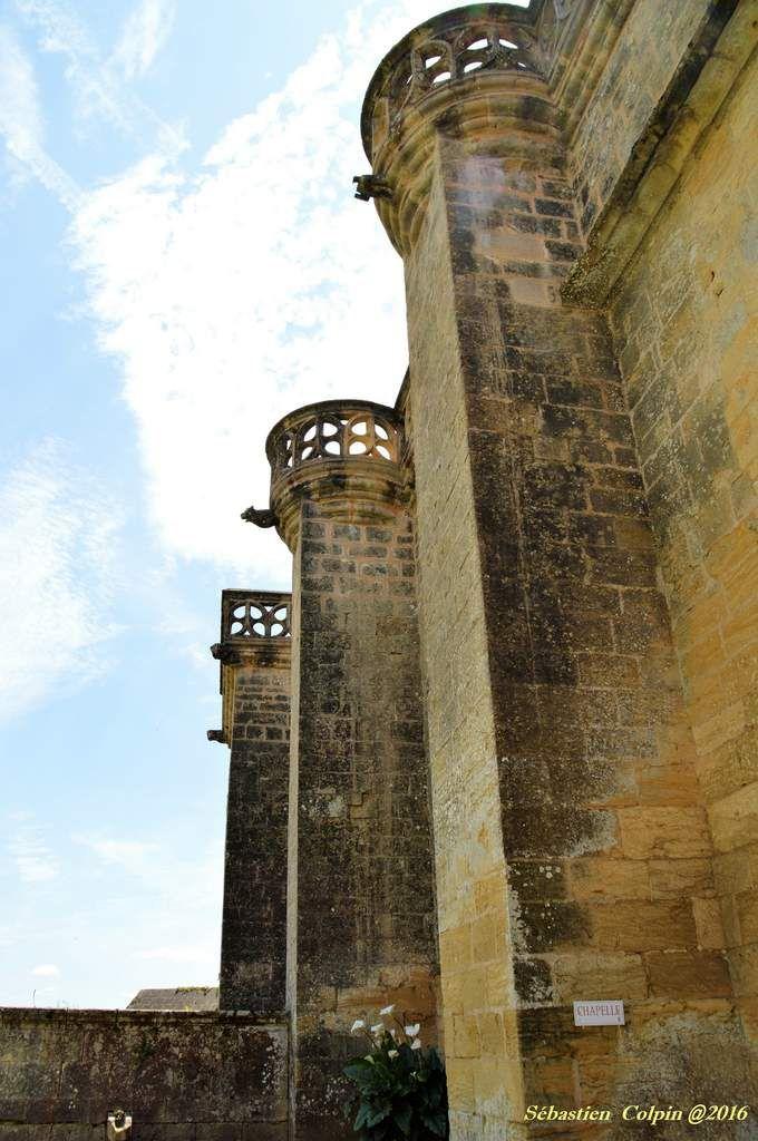 Situé à l'extrémité sud du département, construit sur un promontoire naturel, le château de Biron domine les confins d'Agenais. Siège d'une des quatre baronnies du Périgord, il constitue l'un des plus vastes et spectaculaires ensembles castraux du territoire. Classé au titre des monuments historiques le 17 février 1928, il est aujourd'hui propriété du département de la Dordogne.   A partir de 1189 et jusqu'au XXe siècle, le château appartient à la famille Gontaut. Au cours de la guerre de Cent ans, la forteresse est assiégée à de nombreuses reprises et les Anglais la brûlent en 1463. A la fin du XVe et au début du XVIe siècle, Gaston VI, son fils Pons, ainsi que Jean, arrière-petit fils du premier, remodèlent entièrement le site.   Le château s'organise autour d'une cour basse et d'une cour haute ou cour d'Honneur. La basse-cour abrite la tour de la Conciergerie du XIIe siècle (remaniée au XVIe s.), la chapelle haute, édifiée entre 1499 et 1515 et la tour de la Recette du XIIe siècle, prolongée d'une écurie. Dominant la courtine, une galerie Renaissance relie la Conciergerie à l'angle de la chapelle. La tour des Anglais (ou tour-porte, XIIe-XIIIe s.) permet l'accès à la cour d'honneur. Celle-ci distribue un logis XVe-XVIe siècles abritant la salle des Etats. L'édifice est cantonné des tours Henri IV et Saint-Pierre. Il fait face au « Château de Pons » (XVe s.) jouxté d'un donjon polygonal de base médiévale et un logis-tour en partie ruiné : le Vieux logis et la tour de l'Horloge. La cour est fermée au nord-ouest par une loggia sur arcade et piliers ouvrant sur une terrasse.