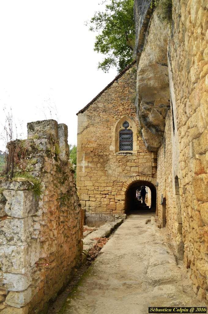Le site de la Madeleine se décompose en 3 parties. 3 couches historiques. Le gisement (non visitable), situé en contrebas sur les bords de la Vézère.  Au niveau intermédiaire, le village troglodytique, construit à même la roche calcaire et habité par des ruraux, du 9ème au 19ème siècle.   Et enfin, au niveau supérieur, le Château-fort de Petit Marzac que vous contournerez pour atteindre un belvédère sur la Vézère.