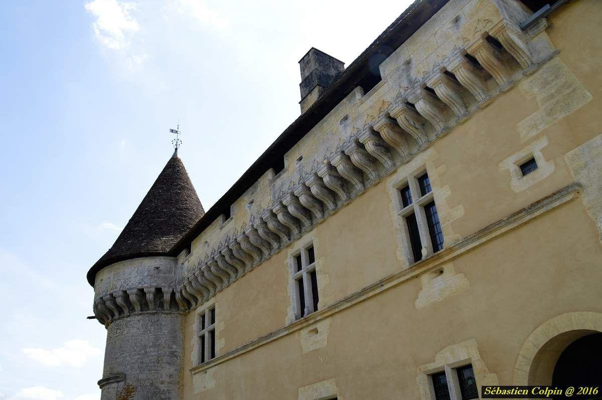 Tel que nous le voyons, le château nous est parvenu inchangé depuis le XVIe exception faite des ravages du temps. A ce titre il a été classé « Monument historique » dés 1928  Par un pont enjambant des douves profondes qui cernent les murs sur les trois cotés, l'on pénètre par le châtelet dans la cour d'honneur du château . Il est fait, comme nombre de demeures Périgourdines du XVIe , de différents volumes couverts d'imposantes toitures pentues Face au Grand Logis, l'on tombe sous le charme de cette demeure d'une grande élegance. Pour la décoration de la façade taillée dans un calcaire blond, le maître d'oeuvre a usé de tout l'alphabet décoratif classique de la Renaissance  La grande et magnifique terrasse s'appuyant sur la falaise révèle, dans sa plénitude, toute la beauté de la vallée de la Vézère. L'escalier d'apparat et les salles présentent également de remarquables ornements, tels cheminées et décors sculptés. L'exceptionnel mobilier d'époque 16e et 17e des appartements fait l'admiration de tous les visiteurs. Il témoigne du cadre de vie de Jean II de Losse sous les derniers Valois et les premiers Bourbons. Complété de tapisseries et de tableaux l'ensemble est parfaitement évocateur de l'esprit des lieux.