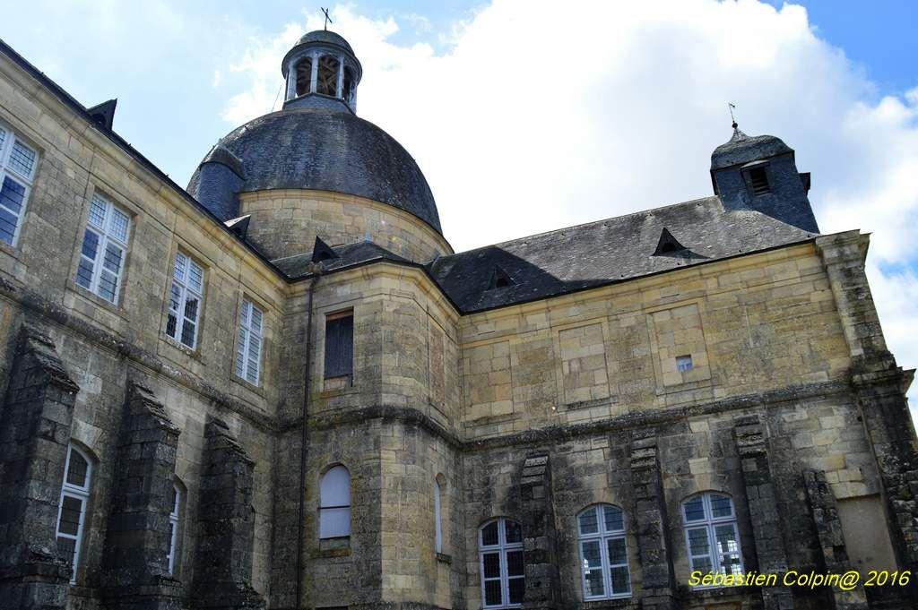 L'Ancien hospice de Hautefort dégage une force et une image altière, dans ce village périgordin du Périgord noir.  Fondé en 1669 par le Marquis Jacques-François de Hautefort à la suite d'un édit royal de Louis XIV de 1662 qui préconisait la création de lieux provinciaux d'accueil des pauvres, il demeure une rare fondation hospitalière de ce type.  Depuis 1994, il abrite un musée de la médecine, avec d'une part une partie historique concernant la vie dans ce bâtiment (reconstitution d'une salle de malades, exposés de la situation politique, économique et sociale de ce XVII siècle…) et d'autre part une partie sur l'histoire de la médecine racontée grâce aux expositions permanentes ou temporaires. Si à l'origine, ce remarquable édifice avait une vocation sociale, très vite il devint un lieu d'accueil des malades.  Dés 1747, les sœurs de Nevers, dont la congrégation avait une grande renommée dans les soins apportés aux malades, sont appelées à officer dans l'ancien hospice.  Elles resteront à Hautefort jusqu'en 1995. Des soldats de la première guerre mondiale ont été soignés dans ce lieu.