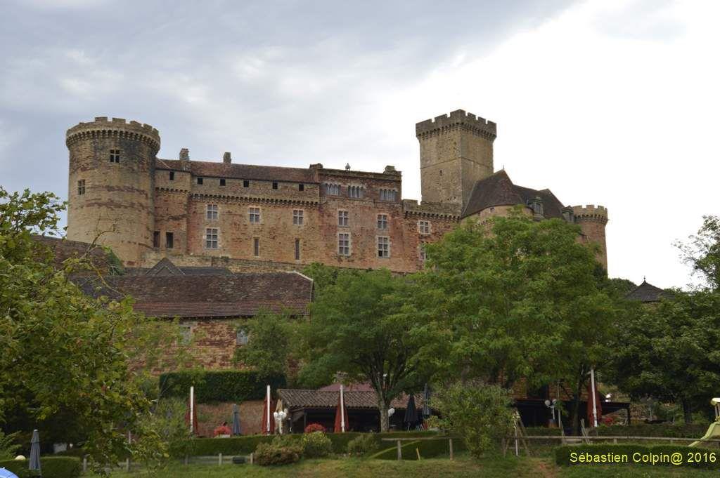 Un modèle de château fort. Le château, siège de la puissante famille des barons de Castelnau, est un imposant témoignage de l'évolution de l'architecture castrale. Conçu pour résister aux assauts des guerres médiévales, il s'adapte aux progrès de l'artillerie aux XVe et XVIe siècle.    Le sauvetage. Dévasté par un incendie en 1851, Castelnau renaît grâce à Jean Mouliérat, ténor de l'Opéra Comique. Entre 1896 et 1932, il restaure et installe une importante collection de meubles et d'objets d'art pour rendre au château l'âme des époques traversées.