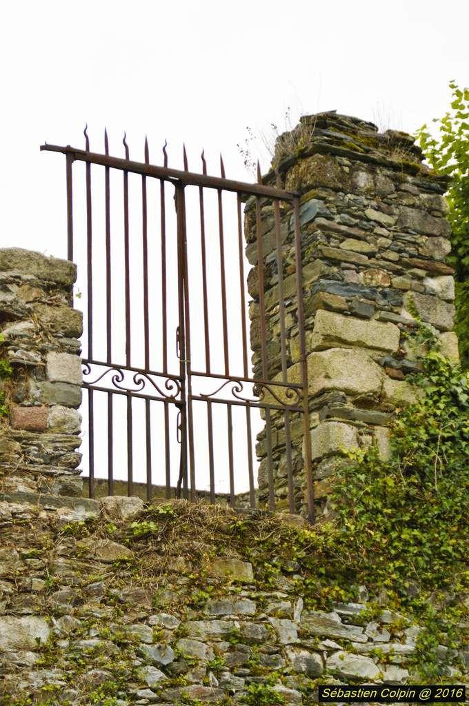 """Les ruines, les façades et les toitures du château furent inscrites à l'Inventaire Supplémentaire des Monuments Historiques en 1983, à la demande de la famille SYREY DU BUC DE FERRET, prédécesseurs de monsieur Jean-Pierre BERNARD, qui en est devenu propriétaire en 2000. Le site est un des plus anciens du Limousin. A l'origine, c'est un oppidum gaulois. La présence gallo-romaine est attestée, des fouilles ayant permis, aux environs de 2002, de retrouver des tuiles romaines ; Comborn vient d'ailleurs du gaulois """"Comboro"""" qui signifie barrière. La présence sur le site n'a ensuite jamais disparu. On a la certitude d'une présence à la fin du 8ème siècle puisque, lors des fouilles, un silo à grains contenant des graines de céréales fut mis à jour ; ces graines ont fait l'objet d'une datation au carbone 14 que l'on a située aux alentours des années 780.  C'est à partir de 900 que l'on commence à savoir qui habitait sur le site puisque certains textes attestent la présence d'une famille de COMBORN. A partir du 10ème siècle, ils vont commencer à étendre leur autorité sur tout le Limousin. Ils vont tout d'abord prendre Turenne vers 976 et devenir Vicomtes de Comborn et de Turenne. Ensuite, ils vont créer Ventadour, pure création COMBORN et, par mariage, ils vont parvenir au gouvernement de Limoges et y resteront jusqu'au 13ème siècle. Au début du 14ème siècle, le dernier COMBORN, Vicomte de Limoges, a abandonné Limoges pour épouser une d'ALBRET, ce qui a donné toute la lignée jusqu'à Henri IV. Les COMBORN sont vraiment apparentés à toutes les familles prestigieuses. Le site va subir énormément de modifications en 1.000 ans. A l'origine, jusqu'à l'an 1.000, ce sont des constructions en bois dont il ne reste rien sauf la trace d'un trou de poteau à côté du silo à grains qui prouve qu'il y avait un bâtiment au-dessus du silo à grains, vers la fin du 8ème siècle.  Les premières constructions en pierres encore visibles datent sans doute du début du 11ème siècle : c'est la base de """