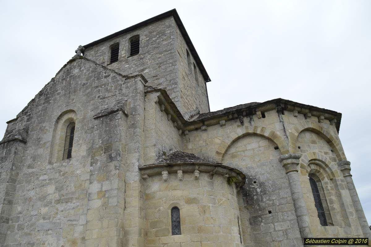 Le site de la Chapoulie. « C'est le site absolument incontournable de Cornil ». On ne peut pas venir à Cornil sans monter à la Chapoulie pour découvrir les deux édifices inscrits au titre des monuments historiques. Il y a tout d'abord l'église romane dont la construction a débuté en 1105 à la demande de la famille Monceau de Cornil, seigneur de Salgay, dans le but de remplacer la chapelle existante jugée trop petite. À côté de l'église trônent encore aujourd'hui les vestiges d'un des deux châteaux de Cornil mis à mal au fil des siècles et des révolutions. Le chantier a débuté en 1398 grâce à Raymond de la Chapoulie, co-seigneur de Cornil qui a été largement secondé dans la construction par son gendre, Jacques de Bar. Il se dit qu'à la grande époque, il y aurait même eu des souterrains reliant le château jusqu'au bourg.
