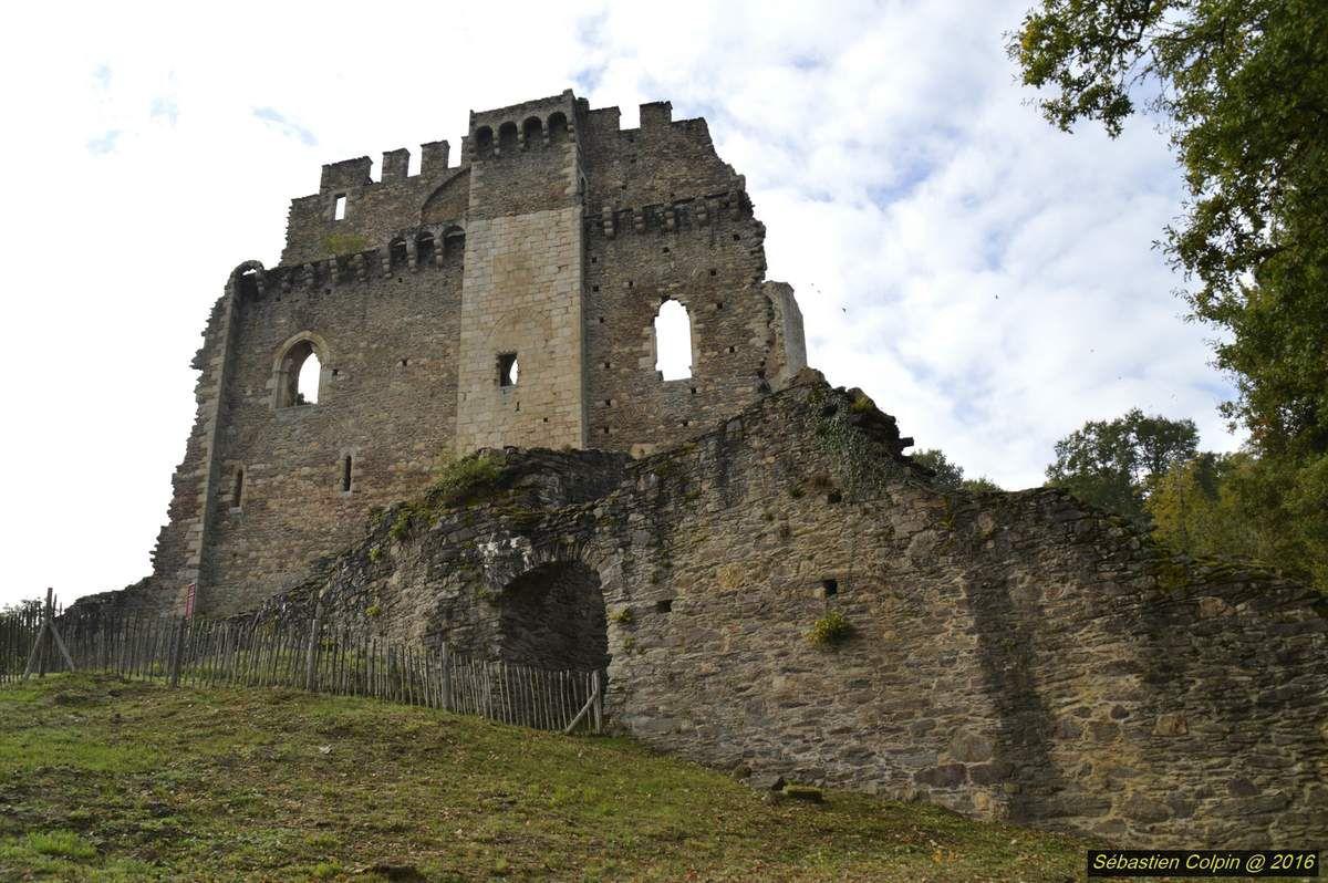Double château, multiples histoires : village et communauté de chevaliers puis palais de l'ambitieux Géraud de Maulmont au 13e siècle, repaire de brigands au 14e, ruine imposante depuis la fin du 16e siècle. Géraud de Maulmont, personnage clé de Châlucet   Né vers 1229, il est issu d'une famille de chevaliers au service des vicomtes de Limoges. Il étudie et devient clerc. À partir du début des années 1250, il est l'homme de confiance du vicomte Guy de Limoges puis de sa veuve la vicomtesse Marguerite. Dans les années 1260, il est aussi le clerc d'Alphonse, comte de Poitiers et de Toulouse et frère du roi Louis.  Géraud de Maulmont est admis au Parlement du roi, à Paris. C'est là que se décident en dernière instance tous les grands procès du royaume, dont les procès limousins. En 1273, ce même Parlement décide que les Limougeauds font bien partie de la vicomté, mettant ainsi fin à la Guerre de la Vicomté.  Marguerite laisse à Géraud ses droits sur Châlucet afin de le rétribuer. Il veut en faire le plus beau château du Limousin. En 1275, l'année de son triomphe, il est Maître Géraud de Maulmont, conseiller du roi, membre du Parlement et plus riche seigneur en Limousin...