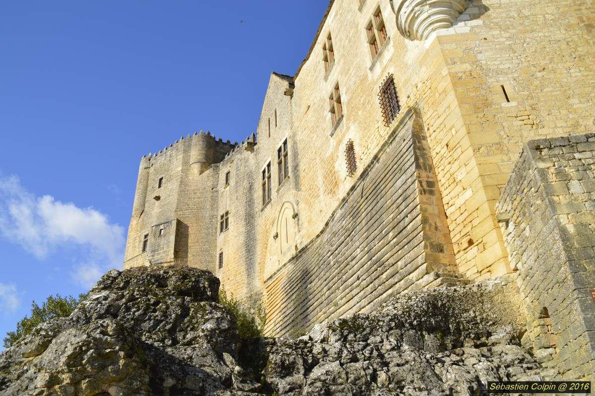 Le château de Beynac est situé sur la commune de Beynac-et-Cazenac, dans le département de la Dordogne. Ce château est l'un des mieux conservés et l'un des plus réputés de la région. Il a été classé Monument historique le 11 février 1944.