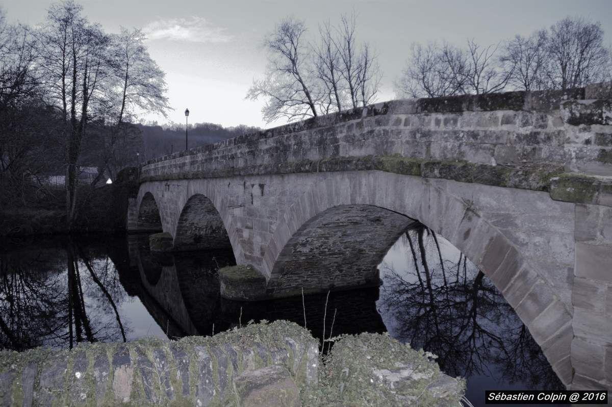 Le village du Saillant, autrefois dénommé Orbaciac, est mentionné pour la première fois en 876 lors de sa donation par le roi Charles le Chauve à Rodolphe de Turenne, fondateur de l'abbaye de Beaulieu-sur-Dordogne. Dès la fin du xiie siècle, le village dépend de l'évêché de Limoges, l'abbaye l'ayant échangé contre l'église de Tudeils, plus proche. Le village se situe sur un territoire convoité pour la culture de la vigne. Celle-ci a laissé son empreinte sur l'architecture et le paysage : maisons de vignerons avec escalier extérieur et cave au rez-de-chaussée, terrasses de vignes marquant les coteaux de la Bontat, orientés au sud-ouest. Site réputé de la Corrèze, le Saillant semble toujours avoir connu son pont. Si aucune date de construction de l'ouvrage n'est connue, un acte du 15 septembre 1372 en mentionne déjà l'existence. D'autant plus que dès l'origine du nom du site, le « Saillant » vient de « Saliente » qui signifie « saut de saumon » en Occitan. Enjambant la Vézère, l'intérêt stratégique du pont qui relie les deux parties du village du Saillant en a façonné le destin et le lie au Château du Saillant et aux seigneurs des lieux. Pendant la Guerre de Cent Ans, les Anglais occupent le château, par la suite libéré par Monsieur de Lasteyrie qui le rachète au xve siècle aux seigneurs de Comborn. Les péripéties et querelles intestines liées à l'exercice des droits de chaque famille ont ainsi marqué l'ouvrage, et nous permettent également aujourd'hui de suivre son histoire, notamment grâce aux pièces produites lors des procès. C'est ainsi que nous apprenons au procès de l'intendant du Limousin qu'en 1671 « le seigneur du Saillant produisit le marché qu'il avait passé le 28 février 1668 avec Bertrand Treuilh et Pierre Chambert pour la reconstruction du pont ».