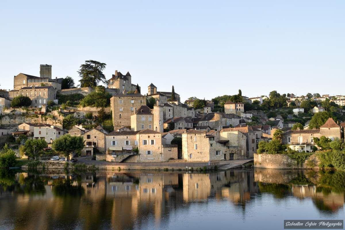 Vue de Puy-l'Evêque en soirée avec un soleil rasant qui magnifie les façades...