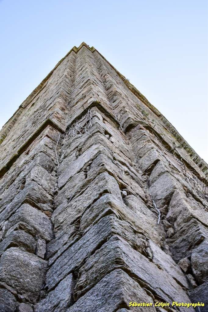 La tour, donjon carré, de Château-Chervix en Haute-Vienne