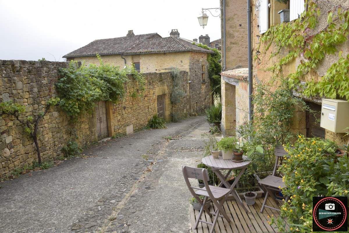 Le village de Biron en Dordogne, le Château et Castelwood, ses chalets situés en pleine forêt...