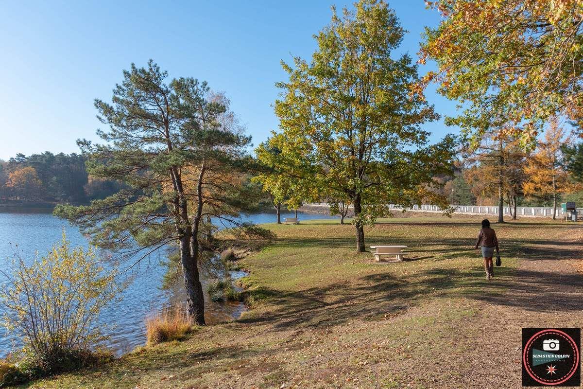 Lac du Coiroux à Aubazine par une belle journée d'automne