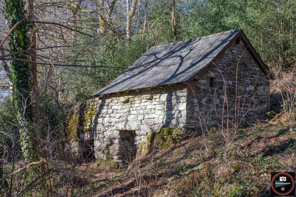 Les chaumières du village de Variéras et le pont médiéval, commune de Pérols sur Vézère en Corrèze