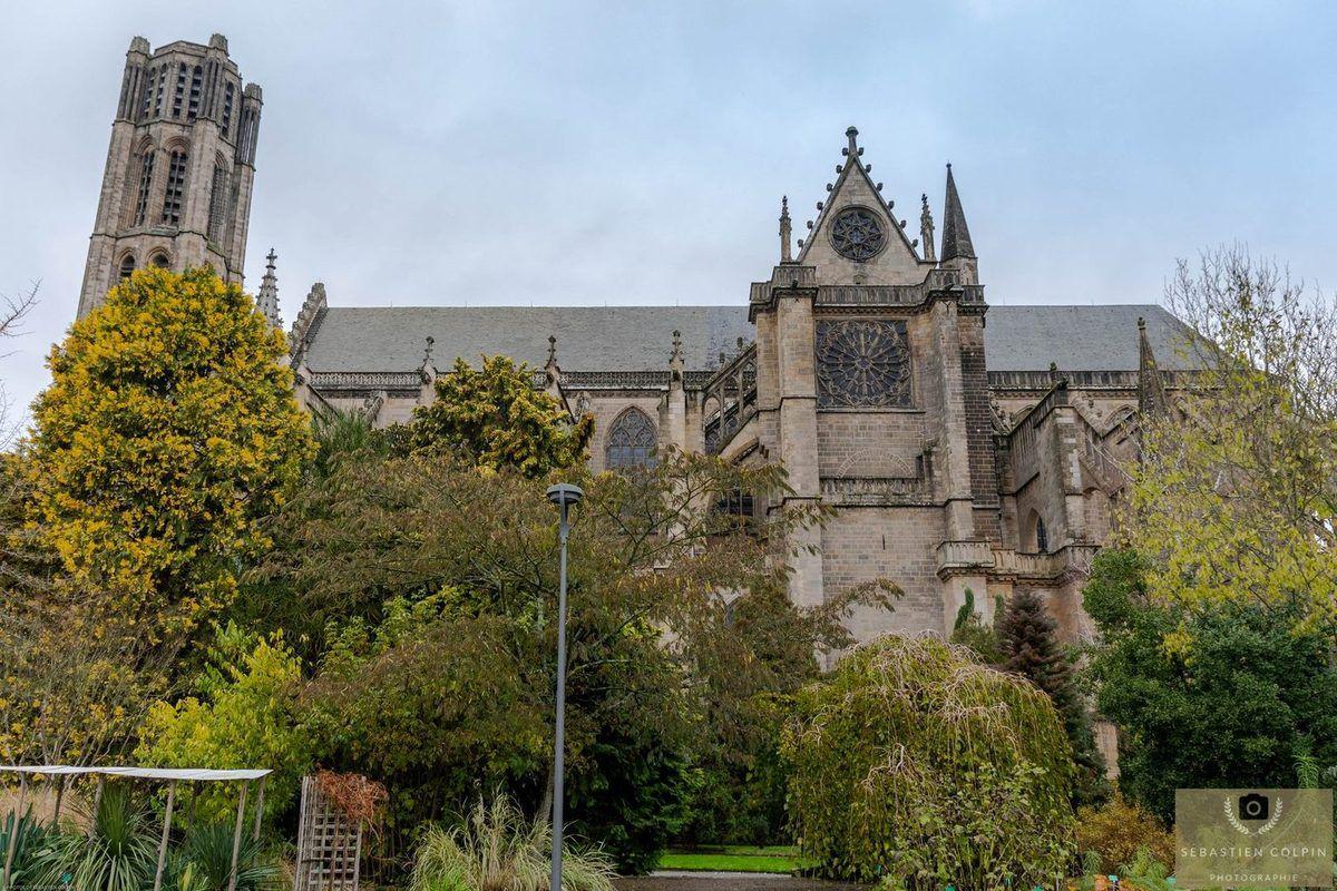 La cathédrale Saint-Etienne de Limoges et les jardins de l'évêché.
