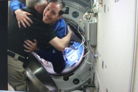 Thomas Pesquet pénétrant dans la station spatiale