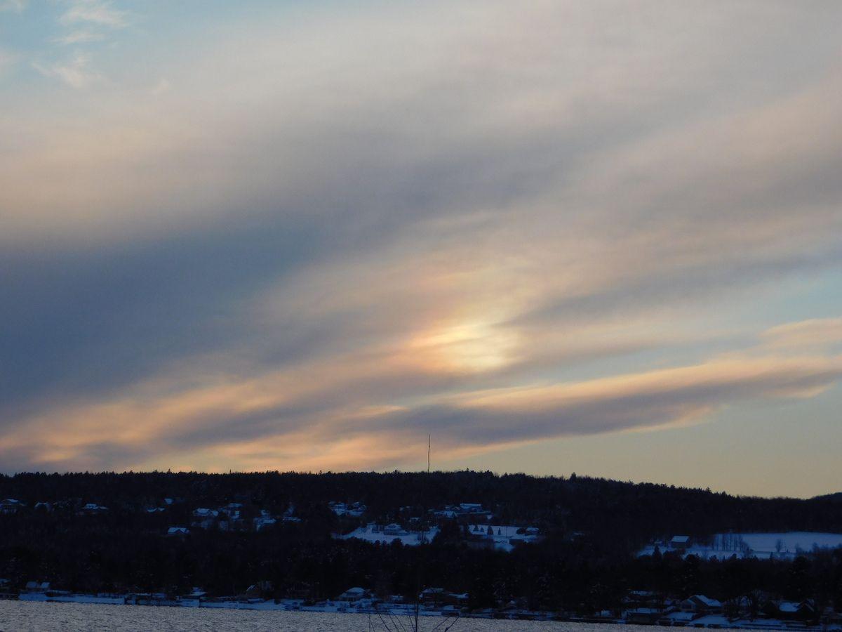 Un ciel étrange , cela pourrait confirmer la présence des Pléadiens et de la flotte, photo prise en novembre près du Mont Orford en estrie...