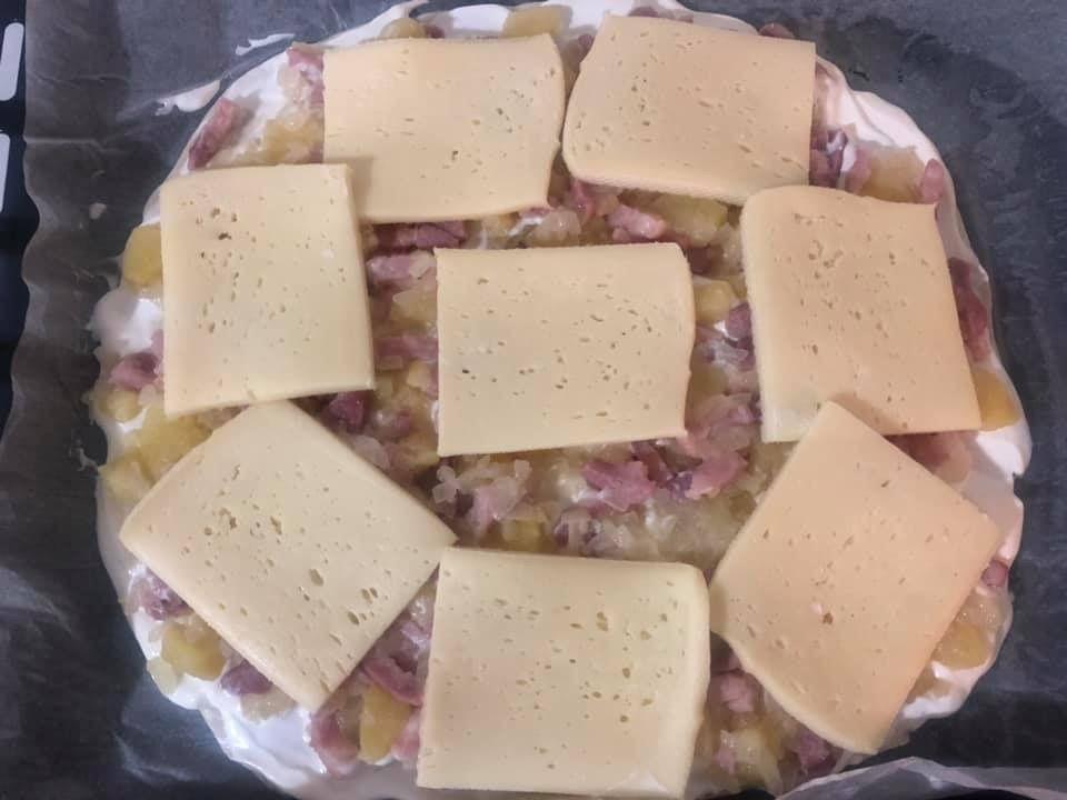 Pizza aux lardons, pommes de terre et raclette