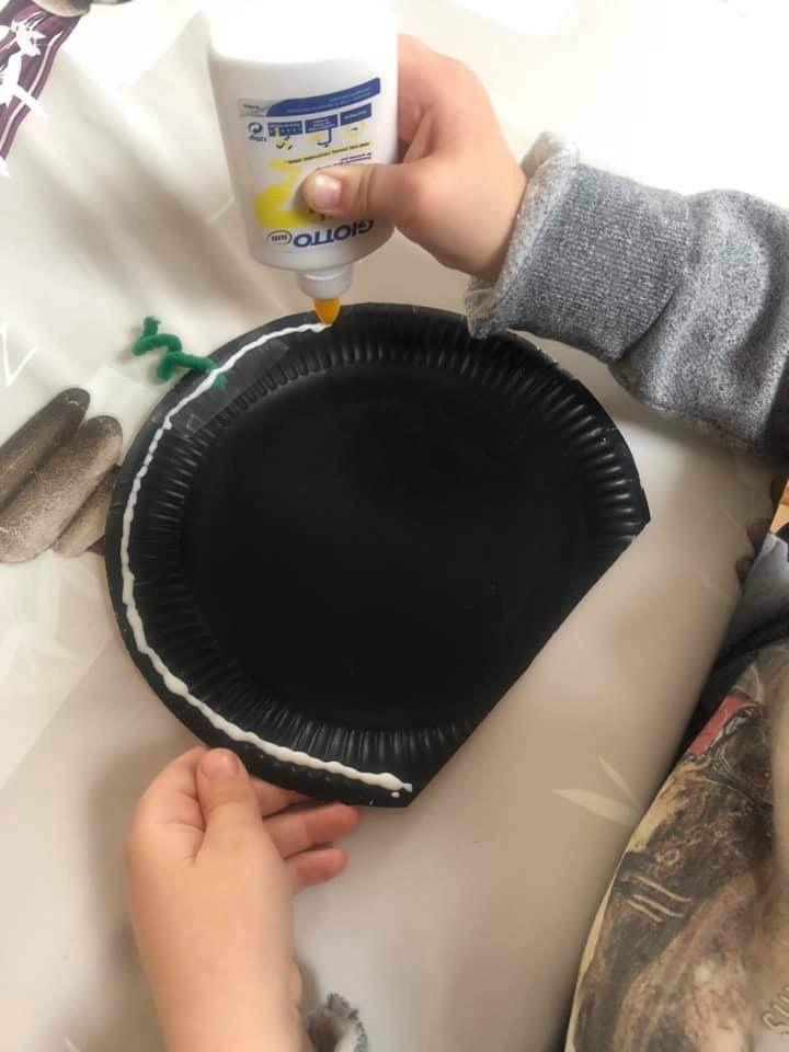 Citrouilles éclairées avec des assiettes en carton