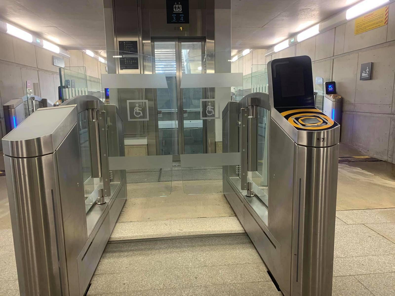 Je ne sais pas si les portillons dans le métro rennais seront identiques, mais utiliser les portillons SNCF de manière autonome (sans aide humaine) pour moi c'est pas possible.
