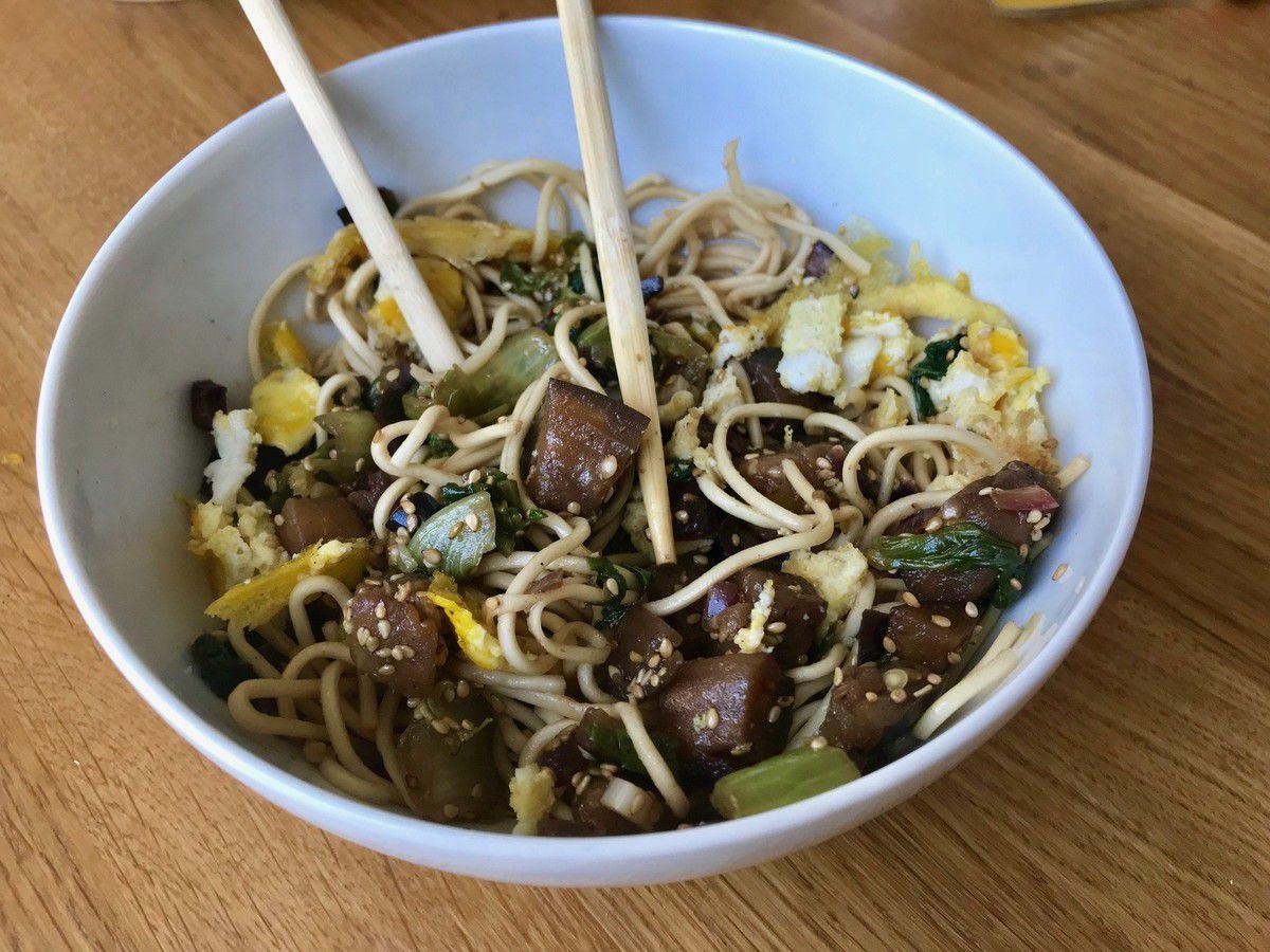 Nouilles aux 5 épices chinoises, aubergines, oeufs, salade, graines de sésame
