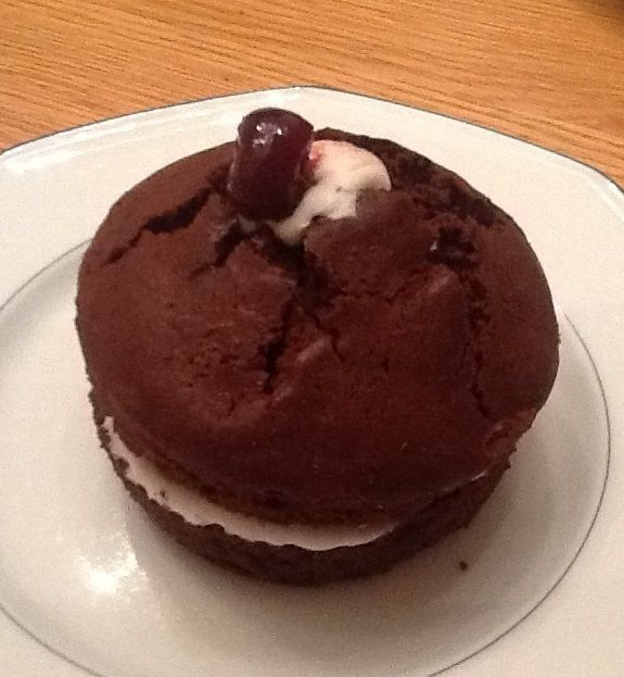 Muffin au chocolat et chantilly