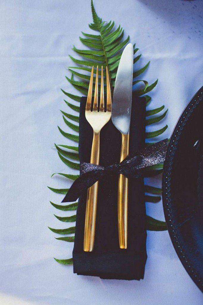 Décoration de la table de Noël et des couverts avec des feuilles de fougère >