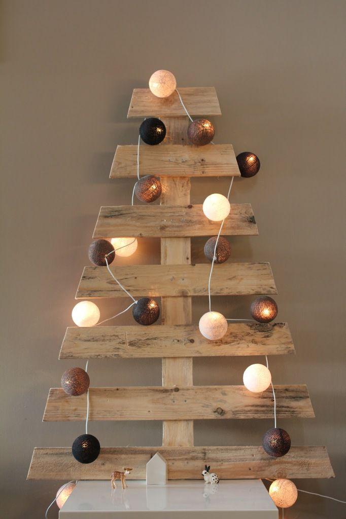 Sapin de Noël style scandinave avec du bois de palette et une guirlande lumineuse avec boules >