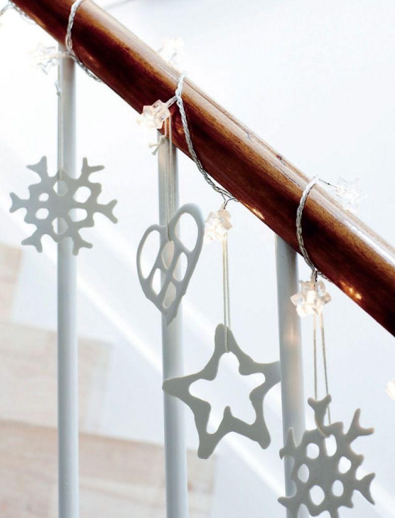 Guirlande lumineuse et quelques objets déco à suspendre pour décorer les escaliers >