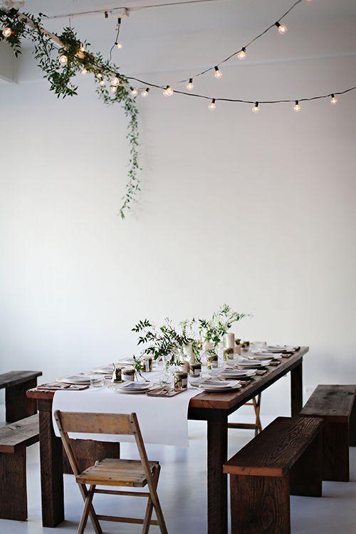 Guirlande lumineuse et des feuillages pour décorer le plafond >
