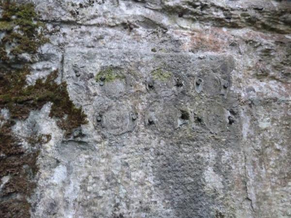 """Vestiges de la date """"1888"""" au-dessus de la porte de la batterie casematée de la pointe des Espagnols"""