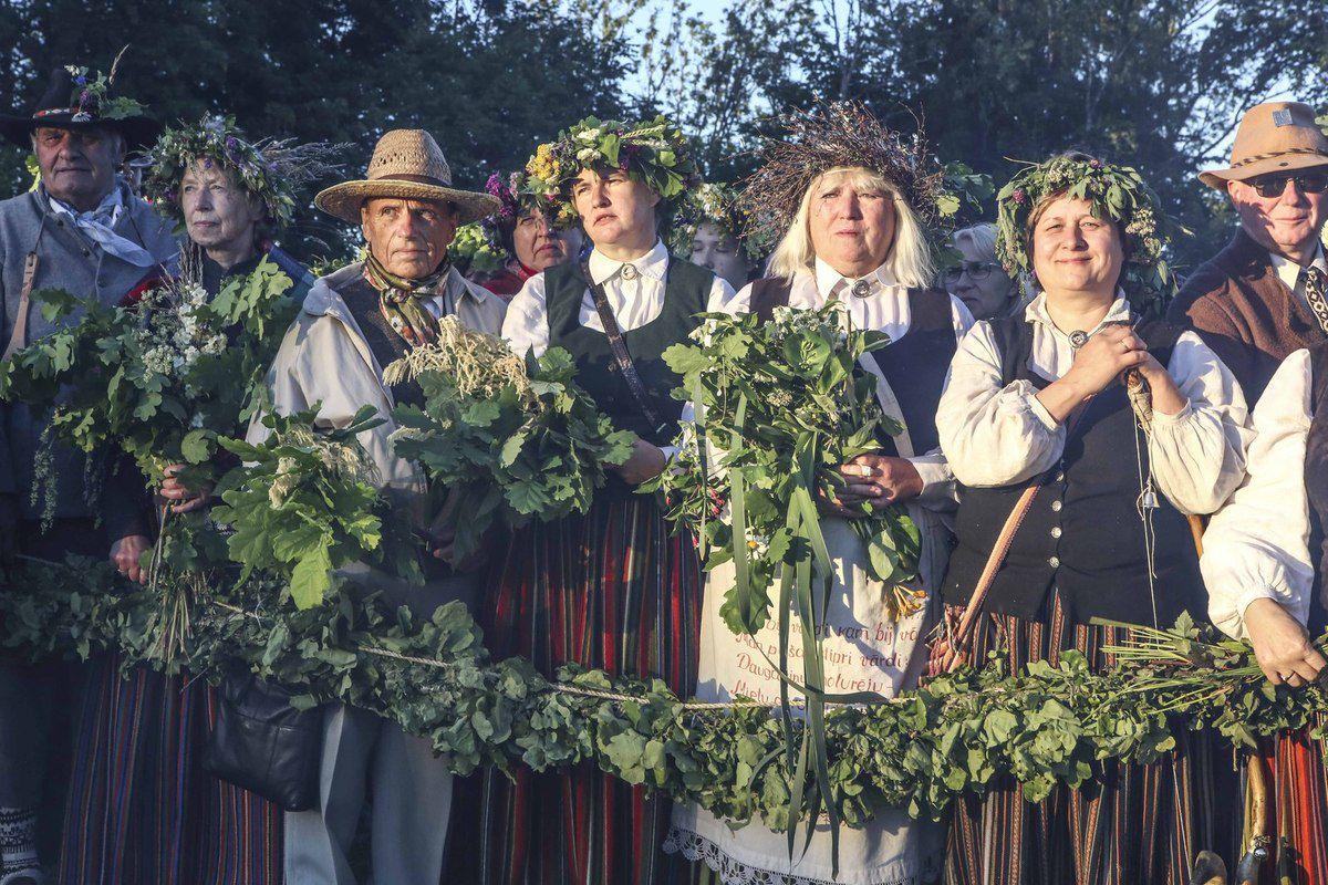 La foule afflue en costumes traditionnels